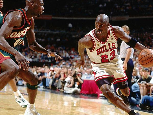 Баскетбол - спортивная игра с мячом.