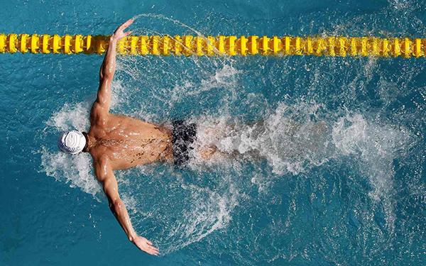 Плавание, упражнение на растяжку