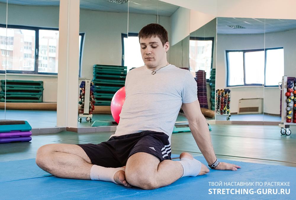 Упражнение для растяжки четырехглавой мышцы в положении сидя.