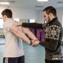 Упражнение для растяжки плеч, рук и области груди.