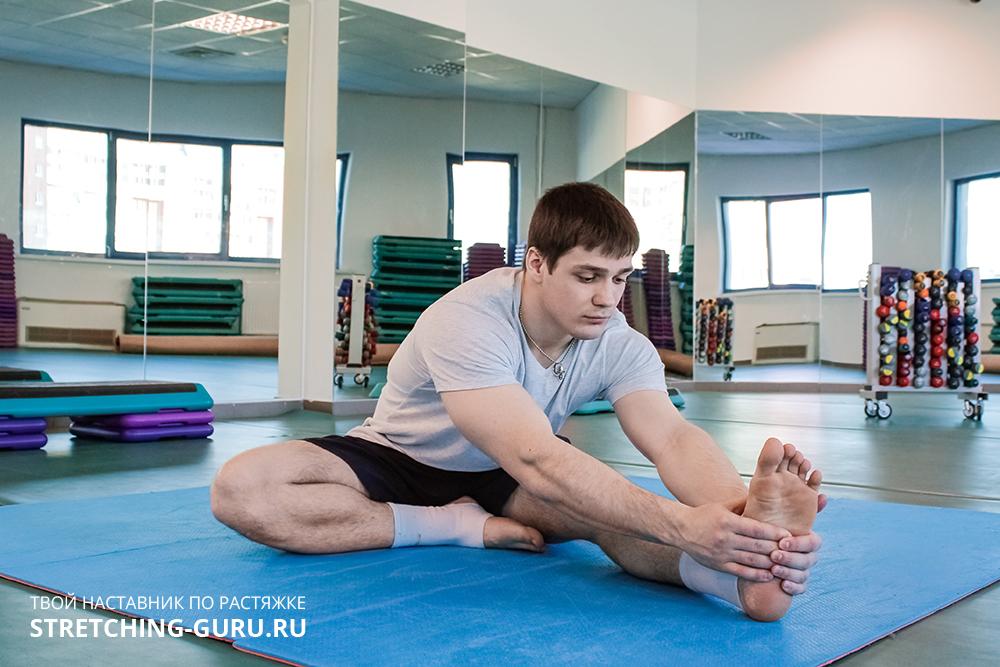 Упражнение для растяжки задней части бедра.