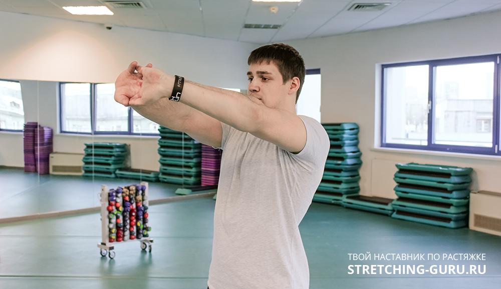 Упражнение замок для растяжки средней части плечевого пояса.
