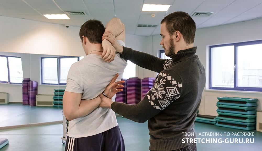 Упражнение замок для растяжки плеч и плечевого пояса.